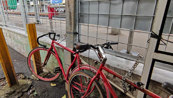 Tak ada tempat parkir sepeda di Stasiun Tebet, Rabu (20/1). Sepeda harus diikat dengan pagar stasiun.