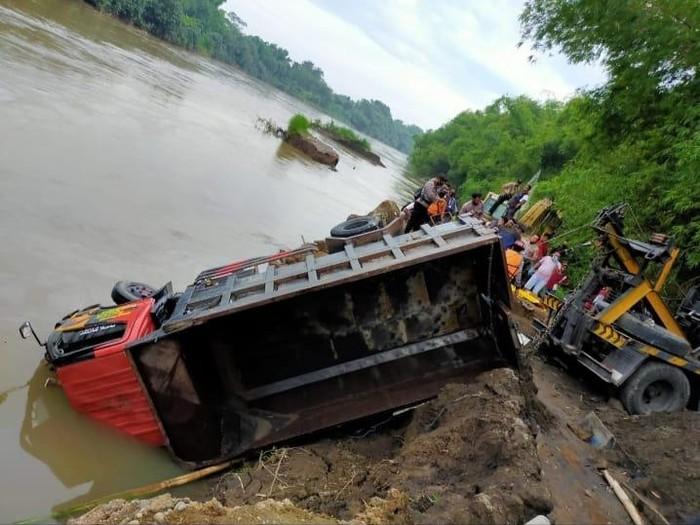 Truk Tercebur ke Sungai Brantas di Kediri