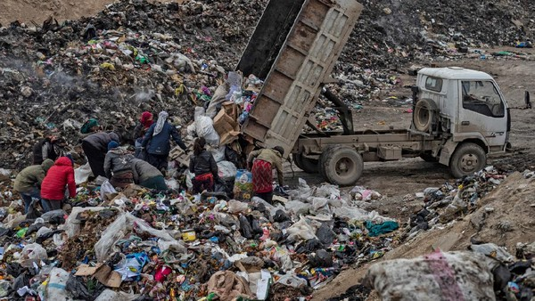 Hampir 10 tahun perang Suriah membuat ekonomi Suriah anjlok. Menurut bantuan pangan PBB, harga pangan meningkat hingga 3 kali lipat sejak tahun 2019. (Delil Souleiman/AFP)