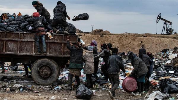 Hari terbaik mereka adalah saat truk membawa makanan sisa dari restoran. (Delil Souleiman/AFP)