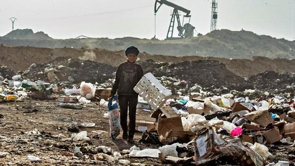 Kadang, mereka juga mengorak-arik limbah rumah sakit meski berbahaya. Mereka terpaksa melakukan karena tidak ada pilihan lain. (Delil Souleiman/AFP)