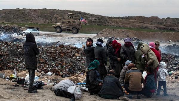 Di seberang jalan, pompa minyak terus berayun di wilayah yang kaya akan sumber daya yang dikendalikan pasukan kurdi (Delil Souleiman/AFP)