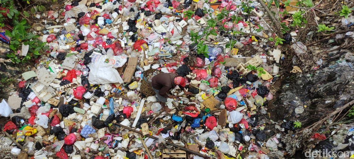 Ada kasur di sampah di Kali Baru Timur (Kali Baru Cijantung), di Palsigunung, Tugu, Cimanggis, Kota Depok. (Taufieq Renaldi Arfiansya/detikcom)
