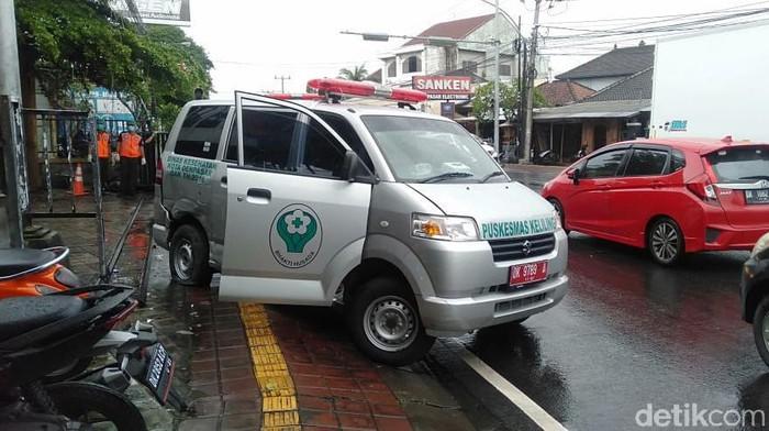 Ambulans yang mengangkut 3 pasien COVID-19 mengalami kecelakaan di Denpasar (dok Istimewa)