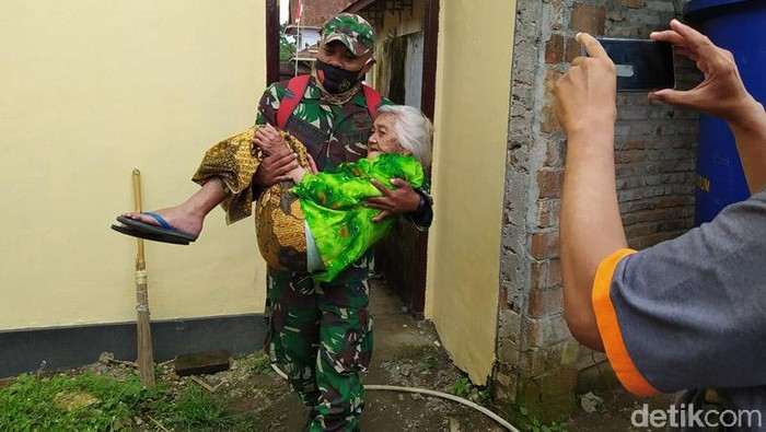 Sebanyak 121 warga tiga dusun, Desa Krinjing, Kecamatan Dukun, Kabupaten Magelang, Jawa Tengah, pulang menuju rumahnya masing-masing dari lokasi pengungsian. Mereka pulang setelah mendapatkan izin karena adanya rekomendasi yang berubah terkait ancaman bahaya.