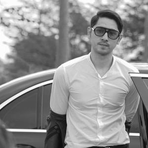 Penampilan Ganteng Arya Saloka Pakai Sunglasses, Harganya Bikin Kantong Jebol