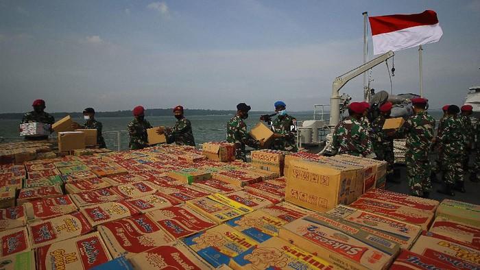 Sejumlah pengungsi mengantri bantuan logistik yang terdampak gempa bumi di Mamuju, Sulawesi Barat, Kamis (21/1/2021). Pasca terjadinya longsor yang menutup jalan trans Sulawesi di Kabupaten Majene penyaluran logistik dari berbagai daerah di Sulawesi Selatan kini mulai lancar.