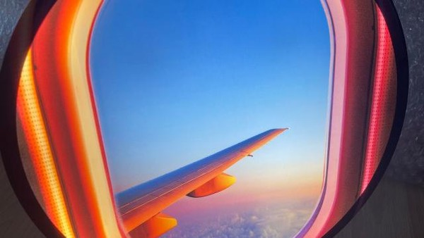 Gambarnya juga bisa disesuaikan. Ada yang menampakkan sayap pesawat, ada pula yang berupa hamparan awan. (One room making)