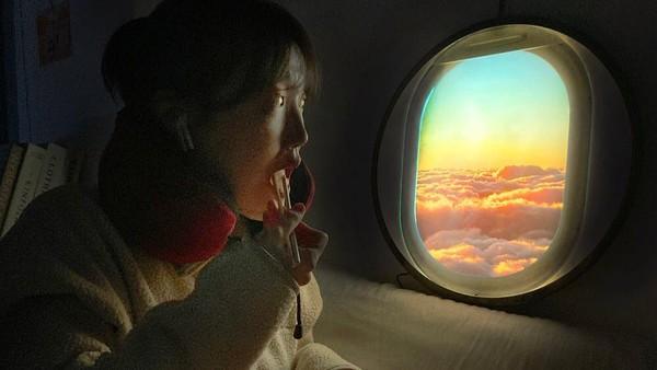 Sebuah perusahaan dari Korea memproduksi lampu LED untuk membuat orang merasakan sensasi berada di samping jendela pesawat, lengkap dengan nuansa awan dan juga cahaya matahari. (One room making)