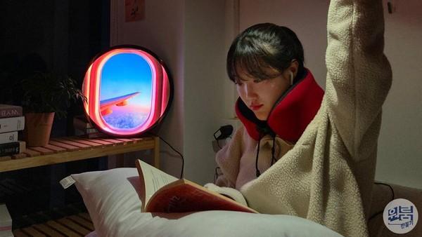 Walau hanya sebatas imajinasi berada di dalam pesawat. Setidaknya lampu ini bisa mengobati rasa rindu traveler. (One room making)