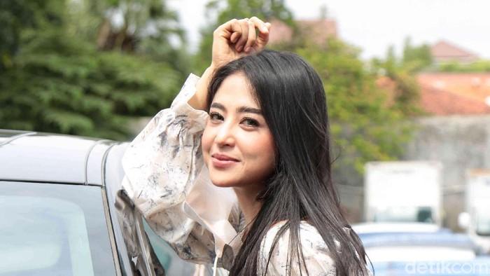 Dewi Perssik saat ditemui di kawasan gedung Trans TV.