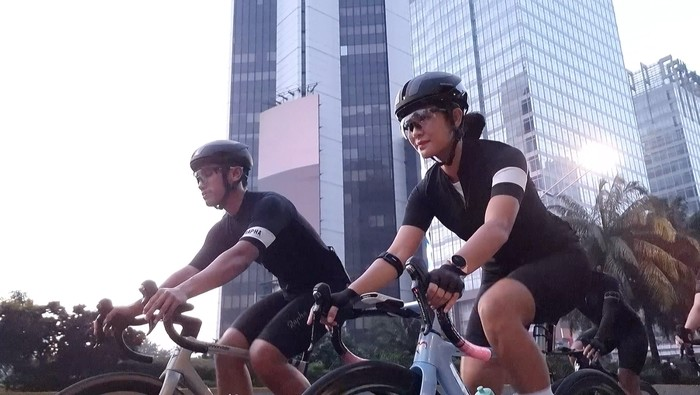 Dian Sastrowardoyo dan Maulana Indraguna melakukan Epic Couple Riding dipotret dengan Samsung Galaxy S21 Ultra 5G