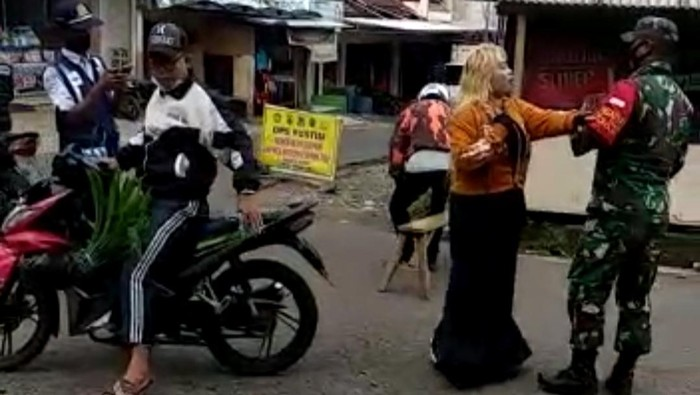 Emak-emak Ngamuk Ditegur TNI