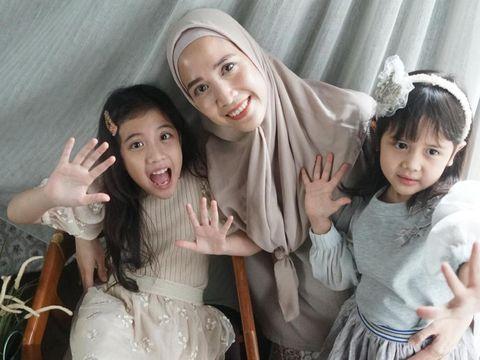Fanny Fabriana bersama kedua putrinya
