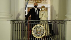 Jill Biden Kirim Pesan Tersembunyi Lewat Baju Putih di Konser Inaugurasi