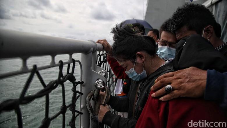 Keluarga korban dan pihak maskapai pilot menaburkan bunga dari atas Kapal KRI Semarang-594, di kawasan Perairan Kepulauan Seribu, Jumat (22/1).