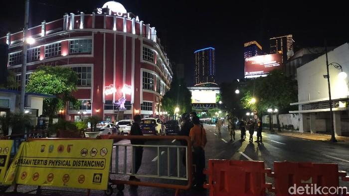 Jalan Tunjungan dan Darmo dijadikan kawasan physical distancing malam ini. Pemkot Surabaya bersama polisi menutupnya hingga besok pagi.