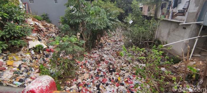 Kali Baru Timur atau Kali Baru Cijantung, di Tugu, Cimanggis, Kota Depok, penuh sampah, pada 22 Januari 2021. (Taufieq Renaldi Arfiansyah/detikcom)