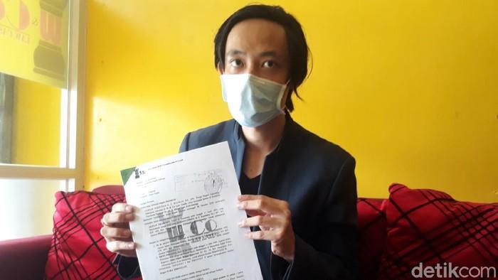 Kuasa hukum anak gugat orang tua di Salatiga menunjukkan materi gugatannya, Jumat (22/1/2021)