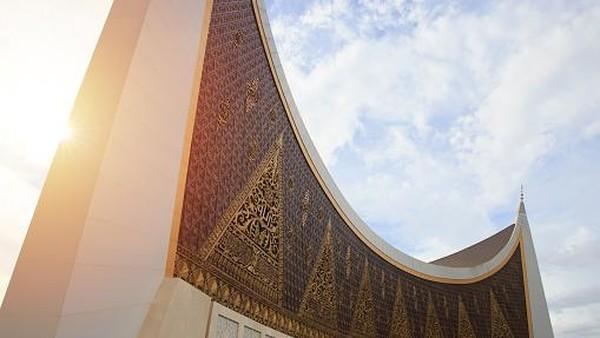 Arsitektur dari masjid ialah Rizal Muslimin. Dia memenangkan sayembara desain Masjid Sumatera Barat yang diikuti oleh 323 arsitek.(Getty Images/Ali Trisno Pranoto)