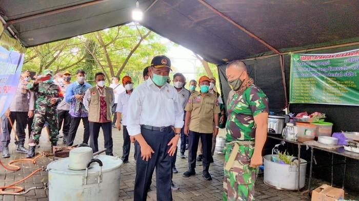 Menko PMK saat mengunjungi lokasi pengungsian banjir Kalsel (Risanta/detikcom)