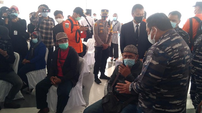 Pangkoarmada I Laksda TNI Abdul Rasyid Kacong menenangkan keluarga korban Sriwijaya Air SJ182