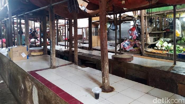 Pedagang daging sapi masih mogok jualan hari ini. Mogok dilakukan para pedagang terjadi sejak Rabu (20/1), berarti sudah 3 hari berturut-turut para pedagang daging sapi mangkir dari lapak jualannya. Setidaknya fakta tersebut ditemukan di 2 pasar yang ditemui detikcom di Pamulang dan Ciputat, Tangsel.