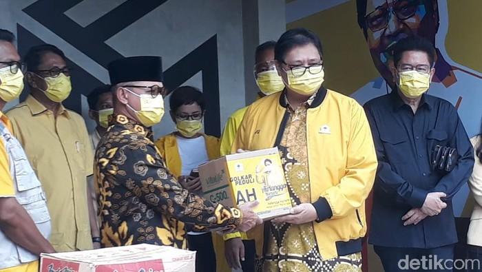 Penyerahan bantuan bencana alam Golkar di Studio Golkar, Jakarta