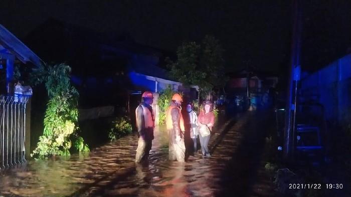 Personel Brimobda Sulut menangani longsor dan korban banjir di Manado (Twitter @ppidbrimobsulut)