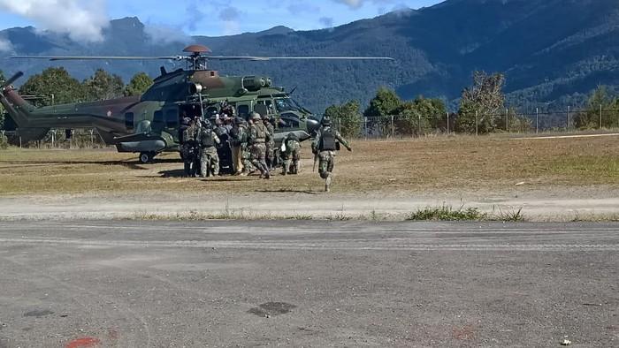 Prajurit TNI dievakuasi ke Timika untuk mendapat perawatan usai ditembak KKB (dok Kogabwilhan III)