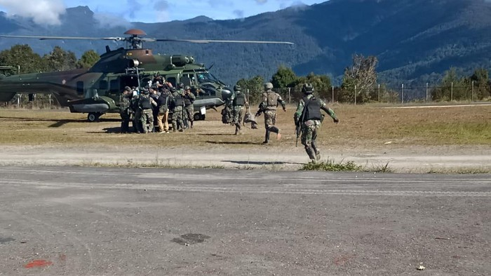 Prajurit TNI personel Yonif Raider 400/Banteng Raiders dievakuasi ke Timika untuk mendapat perawatan usai ditembak KKB (dok Kogabwilhan III)