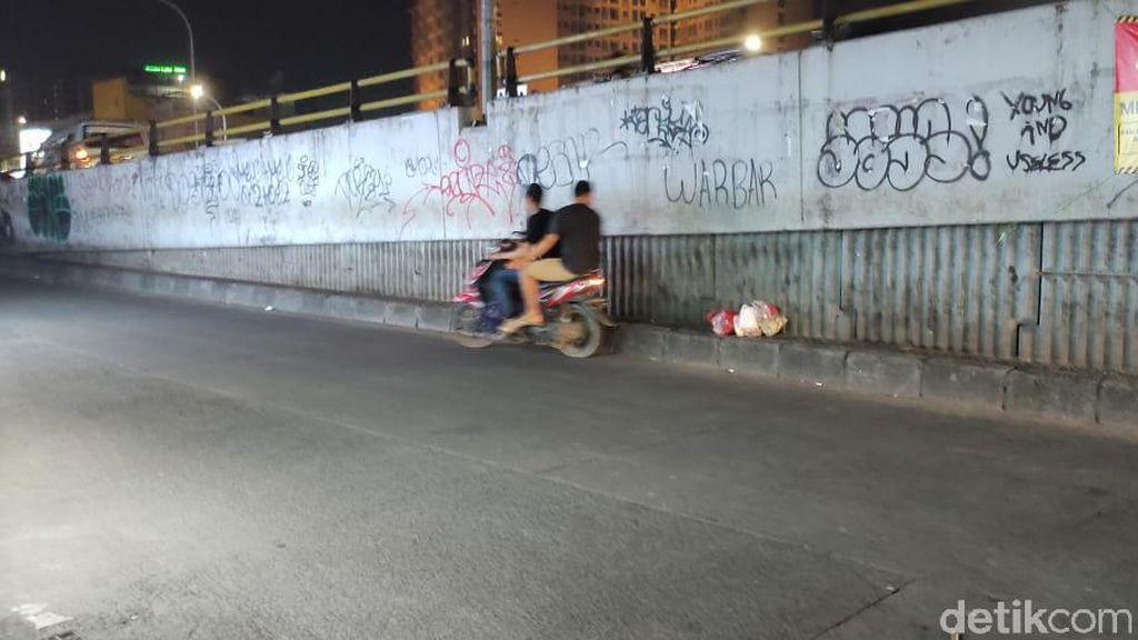 Parah! Masih Saja Ada yang Buang Sampah di Flyover Ciputat