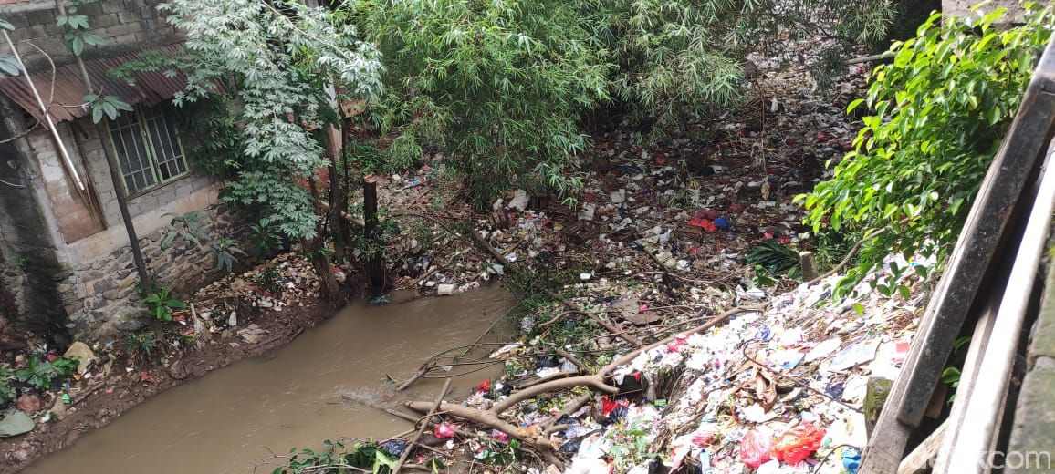Sampah di Kali Baru Timur (Kali Baru Cijantung) di Kampung Palsigunung, Tugu, Cimanggis, Depok. (Taufieq RA/detikcom)