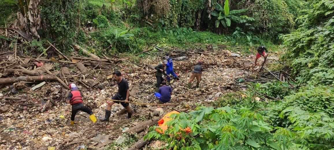Satgas gabungan DPUPR dan DLH dari Pemkot Depok bersihkan sampah di Kali Besar Cijantung, Kampung Palsigunung, Cimanggis. (Taufieq Renaldi Arfiansyah/detikcom)