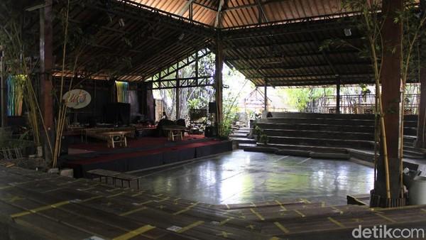 Pertunjukkan Saung Angklung Udjo (SAU) yang meriah, atraktif dan melibatkan puluhan orang, tak sebanding dengan jumlah pengunjung yang datang untuk menyaksikan. Dari rata-rata 2.000 kunjungan perhari, merosot tajam ke angka 20 kunjungan per minggu.