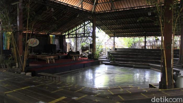 Tawa riang anak-anak dan orang dewasa sudah beberapa bulan tak lagi terdengar di panggung Saung Angklung Udjo (SAU). Pandemi COVID-19 membuat pengelola sanggar seni terpaksa untuk menghentikan pertunjukan.