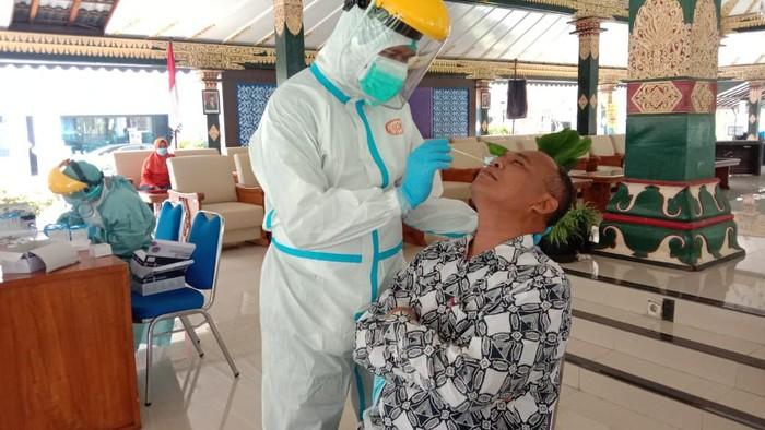 Sekda Sleman, Harda Kiswaya, saat diambil swab antigen - 22/1/2021