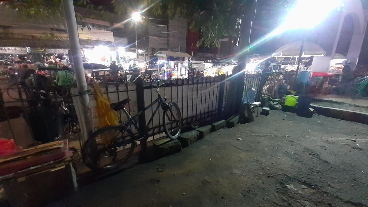 Sepeda yang terparkir di Stasiun Tangerang yang tidak memiliki parkir khusus sepeda.