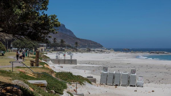 Pembatasan di Cape Town berlaku mulai Maret tahun lalu. Musim panas pun tak terlihat seperti biasanya. (Dwayne Senior/Getty Images)