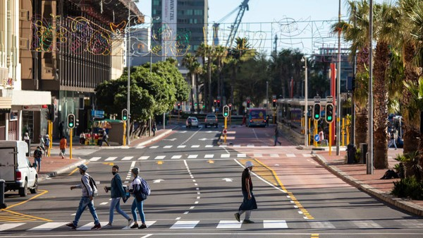 Afrika Selatan sudah mulai meringankan beberapa pembatasan Covid-19 karena tingkat infeksi menurun di negara ini. Jam malam nasional telah, jumlah tamu pertemuan meningkat hingga pembatasan penjualan alkohol semakin berkurang (Foto: Dwayne Senior/Getty Images)