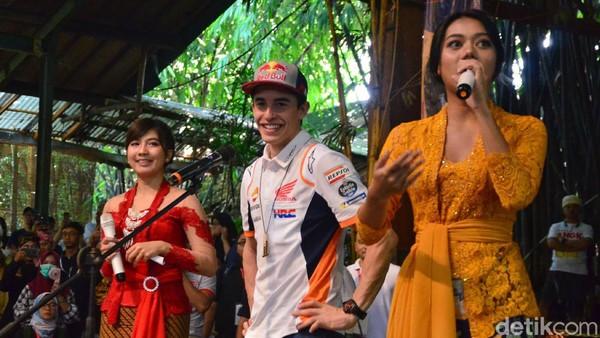 Pebalap Moto GP Marc Marquez juga sempat mengunjungi Saung Angklung Udjo. Satria Nandha/detikcom.