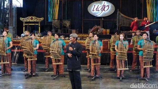 Jauh-jauh hari sebelum Marc Marquez menyambangi Saung Angklung Udjo, delegasi negara peserta Konferensi Asia-Afrika 1955 di Bandung pernah dipukau oleh permainan angklung yang dimainkan oleh Udjo dan gurunya Daeng Soetigna. Pada momen besrsejarah itu,para pemimpin negara-negara di Asia dan Afrika dibuat kompak lewat alunan musik angklung. Oktavia Sari Wijayanti/detikcom.