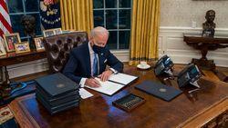 Beda dengan Trump, Biden Wajibkan Penumpang Pesawat Pakai Masker