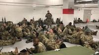 Tentara Garda Nasional Istirahat di Tempat Parkir, Anggota Parlemen AS Marah