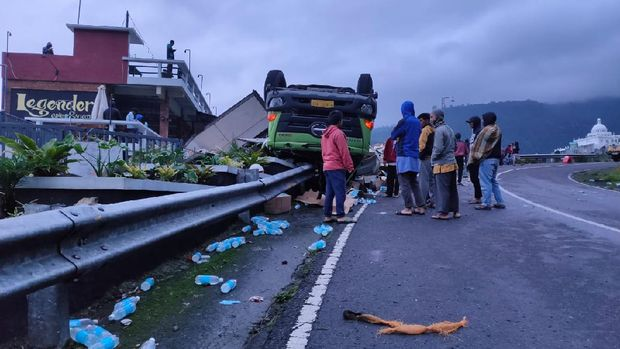 Truk pengangkut minuman isotonik terguling di Tawangmangu. 22/1/2021