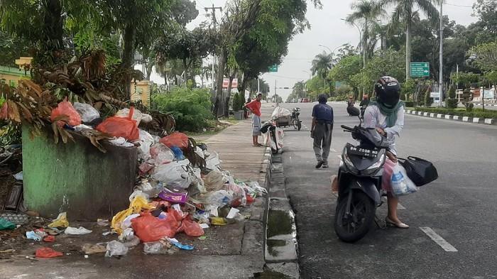 Tumpukan sampah di Pekanbaru masih belum tuntas (Foto: Raja Adil/detikcom)