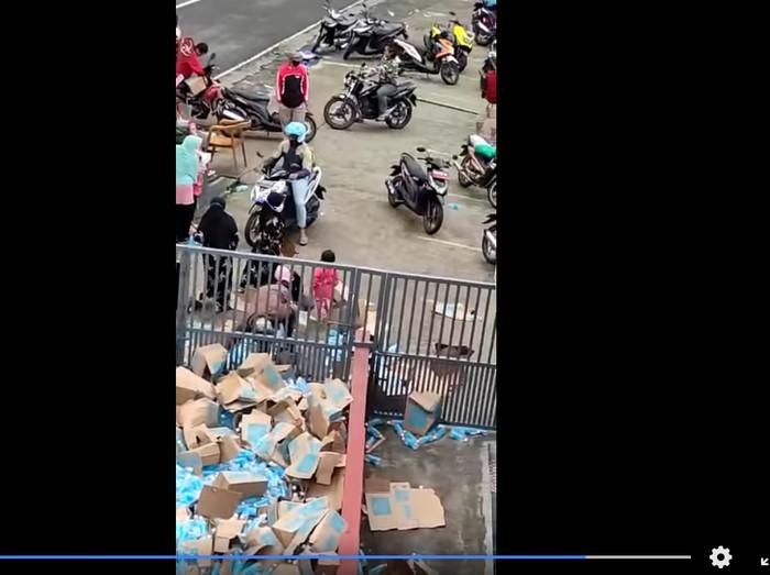 Warga jarah minuman muatan truk yang kecelakaan di Karanganyar, Jumat (22/1/2021).