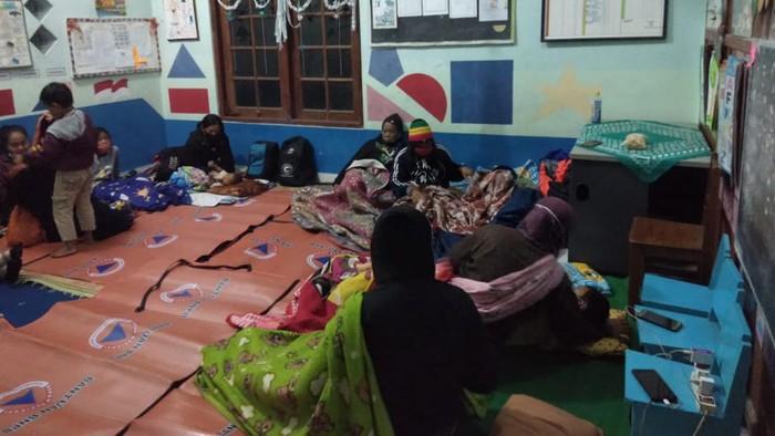 Warga Turgo, Kabupaten Sleman, dari kelompok rentan bermalam di tempat aman karena khawatir dengan aktivitas Gunung Merapi, Jumat (22/1/2021).