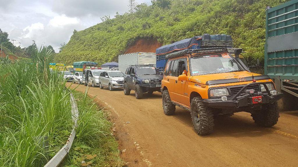 Jalan Akses Menuju Mamuju Terendam Lumpur Sisa Longsor, Lalin Macet 4 Km