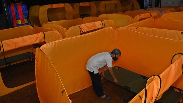 Pekerja menyapu lantai Gedung Balai Latihan Kesenian Jakarta Pusat yang dipersiapkan menjadi lokasi isolasi pasien COVID-19, Sabtu (23/1/2021). Seiring meningkatnya kasus positif COVID-19 di Jakarta, Pemerintah Kota Jakarta Pusat mengalihfungsikan lima GOR dan satu gedung kesenian untuk dijadikan tempat isolasi pasien OTG COVID-19. ANTARA FOTO/Indrianto Eko Suwarso/aww.